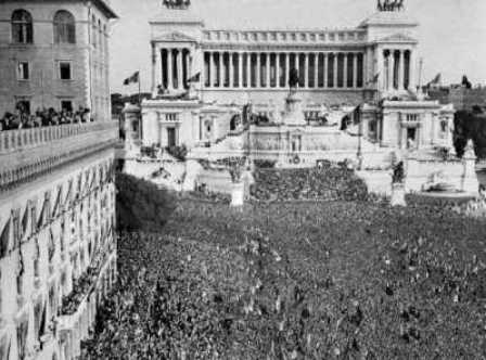 Piazza Venezia - General Assembly of June 10th, 1940.</br>On the left, the Assicurazione Generali building. The famous balcony would be on the opposite side of the square.